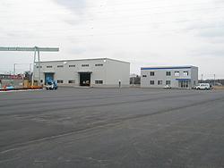 工場棟(左)と事務所棟(右)